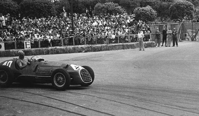イタリア・ミラノ生まれのレーシングドライバー、アルベルト・アスカリ氏がドライブするフェラーリのF1マシン