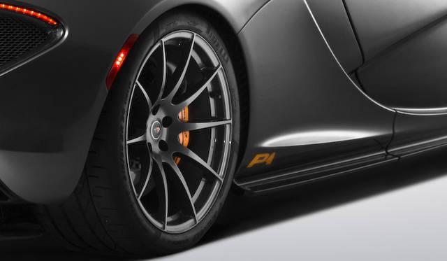 リアホイールの直前に記される「P1」ロゴは、プロトタイプモデルに添付されていたラベルがモチーフ