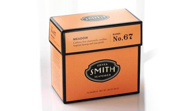 「スティーブンスミスティーメーカー」の茶葉。エジプト産のゴールデンカモミールとオレゴンで収穫された豊かな香りのヒソップ、南アフリカケープ産のルイボス、ローズの花びら、リンデンフラワーなどをブレンドしたカフェインフリーのハーブティー「No.67 メドウ」