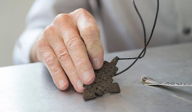 「2つ目の道具は、エチオピア帝国最後の帝王として知られている、ハイレ・セラシエのお墓の近くで見つかったケルト十字の首飾り。金属の種類はわからないんですが、かなりの年代物ですね。ぼくのオフィスにあるキャビネットには、これ以外にもチベットやネパールなど、世界各地から集めてきたアイテムがたくさんあるんです」