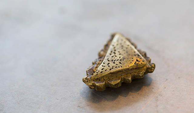 6つ目の道具は、インドのナガランド州で作られたゴールド製の重石。スミスさんのラッキーアイテムでもあるという