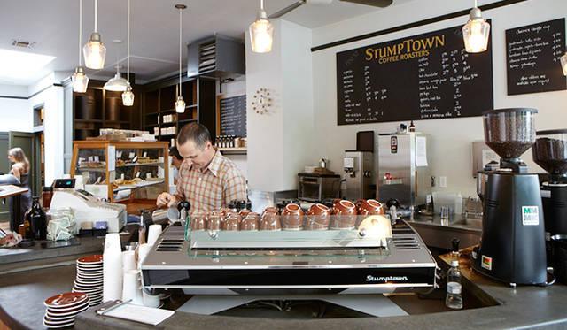 ポートランドでお気に入りのカフェ「スタンプタウン・コーヒー」。焙煎所を兼ねた「ディビジョン店」は、1999年にオープン。ポートランドのコーヒームーブメントを率いた、いわば先駆者といえる存在だ