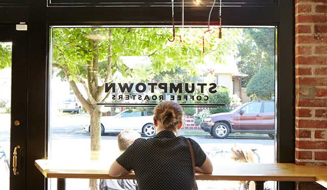 「スタンプタウン・コーヒー ディビジョン店」<br />営業時間|平日 6:00~19:00、土曜・日曜・祝日 7:00~19:00<br />4525 SE Division Street Portland, OR 97206, United States<br />Tel. +1-503-230-7702<br />http://stumptowncoffee.com