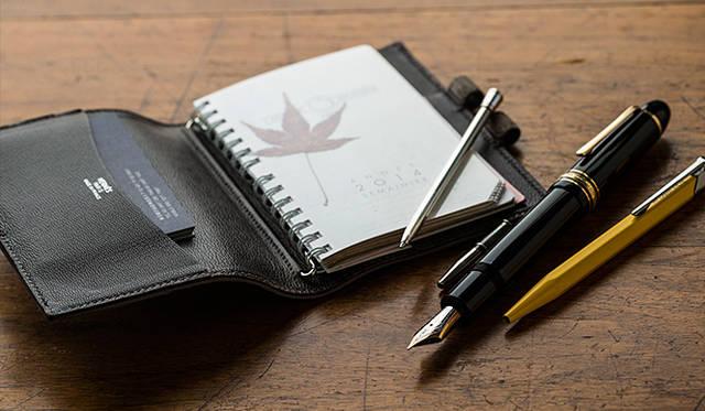 「ぼくが愛用しているものはエルメスの手帳、ただひとつ。使い古しては、また同じものを購入して。このカバーで3代目だったと思います。それからモンブランの万年筆と、カランダッシュのボールペン。仕事道具はほんとにこれだけ」
