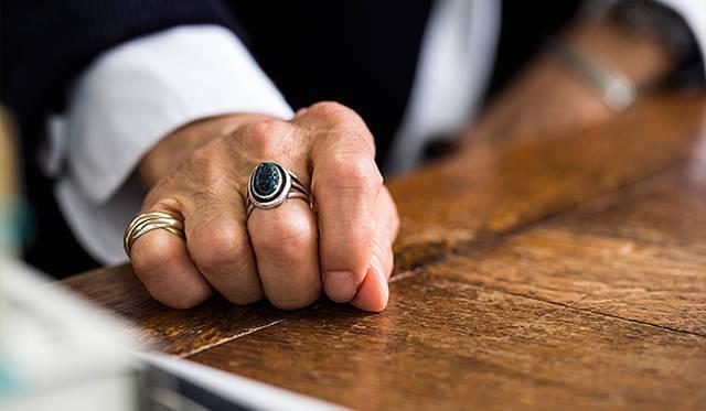 """ラッキーアイテムはインディアンもののジュエリー。「指輪はランダーブルーというターコイズのなかでも希少性が高いとされている石。バングルは""""コインシルバー""""と呼ばれる本物の銀貨を潰して製作されたコレクターズアイテムです」"""