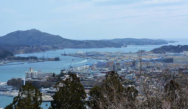 安波山から眺めた気仙沼の市街地。瓦礫(がれき)の処理が終わり、かさ上げした更地が見える