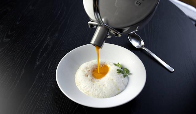 一品目の「トウモロコシのヴルーテ ナツメグ」。ナツメグの香りをまとわせたクリームの泡に、この日届いた小ぶりだが味がしっかりしたトウモロコシのスープを注ぐ