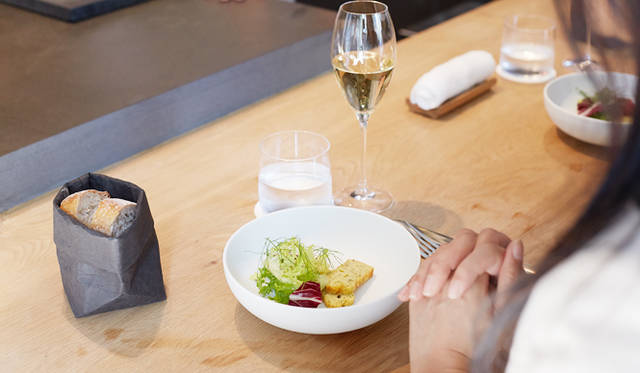 トロション氏のアイディアから生まれたという、シンプルな葉物のサラダにフヌイユのケーク・サレを添えた一皿