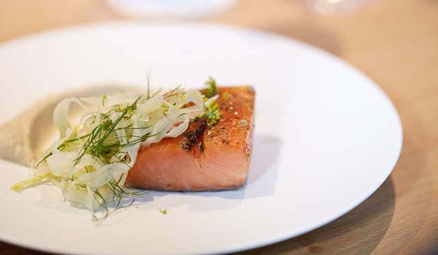 つづくメインは肉、魚、野菜の3種類から選ぶプリフィックス。川上氏のチョイスは「サーモンコンフィ」。スコットランド産の身がふっくらした上質なサーモンを低温調理でミ・キュイ=レアの状態にし、ひよこ豆のペーストとフヌイユ(ういきょう)を添えた
