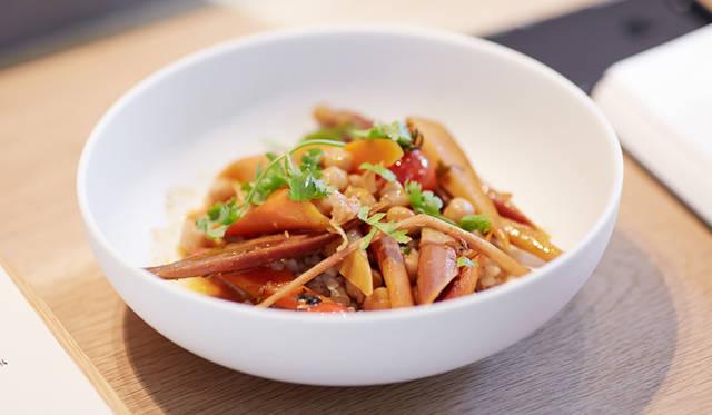 小松氏が選んだ野菜のメイン「ニンジン ソバ」は、そのネーミングはもとより、組み合わせもユニークだ。バターとスパイスでローストしたニンジンとゴボウに、クスクスに見立てたソバの実を添えている
