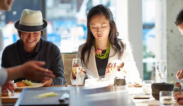 「歯応えのある根菜は、噛むほどに香りと甘味が引き立ちます。パリでポピュラーなクスクスを彷彿させながら、野菜の新鮮さが活きる料理。スープとメインは食材の甘味が全面に出ていて、サラダはあっさりと爽やか。単調にならず、全体のバランスがよく考えられたコースだと思います」と小松氏