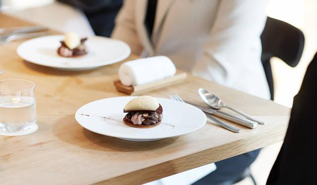 小松氏が選んだのは「フィーユ ア フィーユ ショコラ」。さくさくとしたパートシュクレに、仏・ヴァローナ社のアラグアニを使った2種類のガナッシュ、ぱりっと薄いチョコレート、香り豊かなトンカ豆を使ったアイスクリームを乗せている