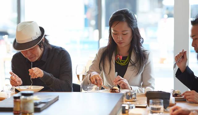 「食べてみると予想に反して軽やか。カカオのアロマと華やかなトンカ豆の香りが口のなかに広がります。お店の空間の軽やかさともマッチしていますね」と小松氏