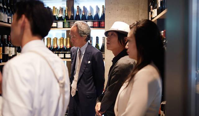 ランチの後、3人はエピスリーとワインの販売スペースを覗いた