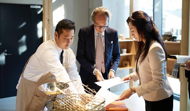 「実はもう次の予約を入れているんです」と小松氏(右)が言えば、「また来たくなる店。次はディナーでゆっくり来たいね」と大住