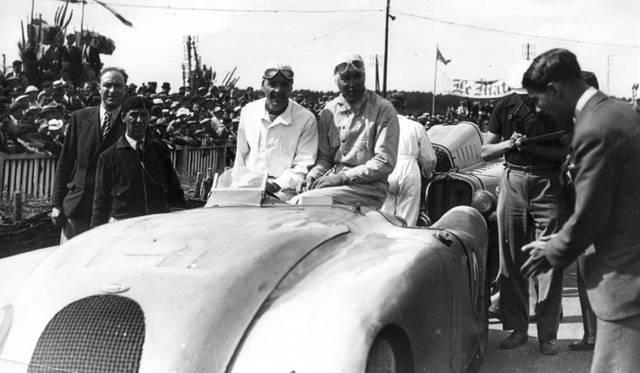 第1号車は、ブガッティのドライバー「ジャン=ピエール・ウィミーユ」で、彼が1937年に操縦してルマン24時間レースで優勝した「T57Gタンク」を彷彿されるブルーのカラースキームを特徴とした
