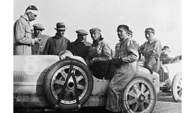 3号車「メオ・コンスタンティーニ」(写真左)は、かつて伊シチリア島でおこなわれた伝説の公道自動車レース、タルガフローリオで活躍した「T35」を彷彿とさせるブルーとアルミニムの組み合わせが特徴