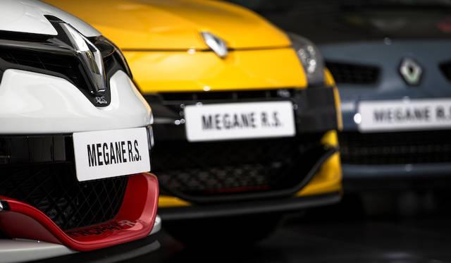 ニュルブルクリンクで記録を樹立してきた、歴代のメガーヌR.S.たち。左から、今回の「メガーヌ R.S. トロフィーR」、中央がフェイスリフト前の「メガーヌ R.S.」、右はモデルチェンジ前の「メガーヌ R26.R」