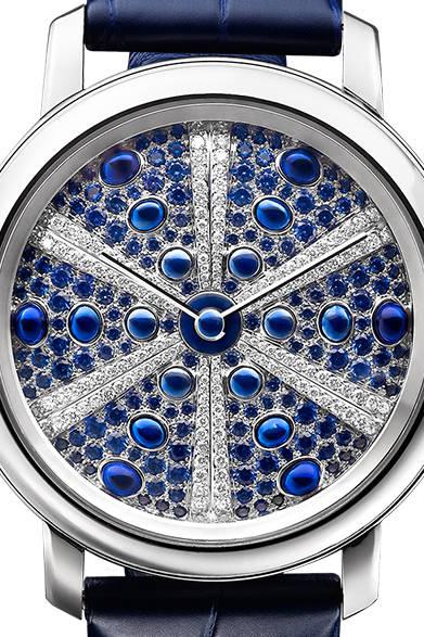 自動巻き、18KWGケース、ダイヤモンド、ブルーサファイア、アリゲーターストラップ、ケース径41mm、1031万4000円<br /><br />  ブシュロン カスタマーサービス<br /> Tel. 03-5537-2203