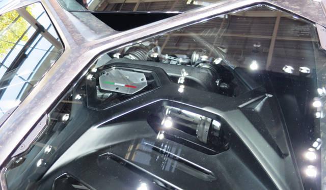 アステリオンの5.2リッターV10エンジンはミドシップされている