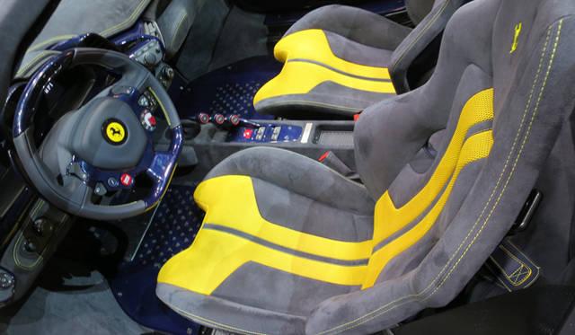 フェラーリ「458スペチアーレA」の室内では、アルカンタラを張ったシートにボディカラーと同系統のアクセントカラーが入る