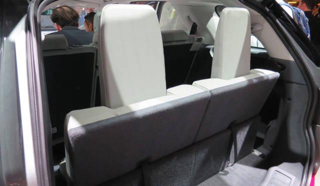 ディスカバリー スポーツのサードシートは床下収納式