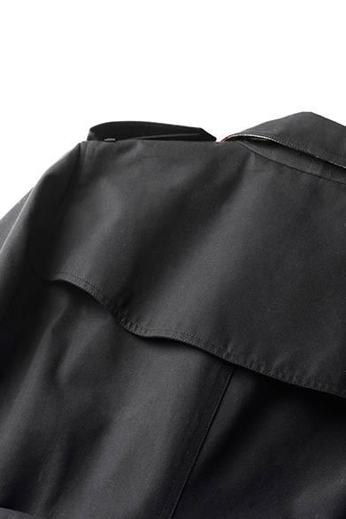 背中上部の当て布、「ストームシールド」は、雨水が流れ落ちるようにデザインされている。
