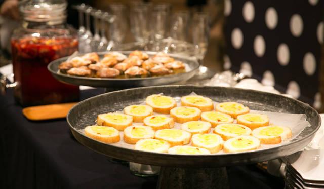 ブランドのアイコンであるジャガイモの花にちなみ、パーティではジャガイモを使った料理がふるまわれた
