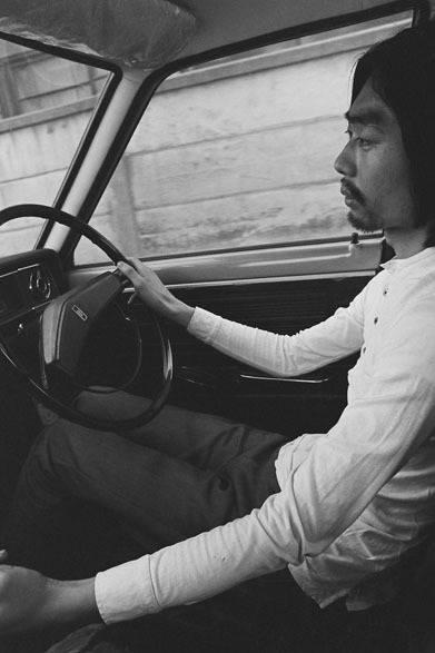 <strong>写真集アプリ「野上眞宏のSNAPSHOT DIARY」</strong> 1970年1月 「なんか面白いことがないかな」で始まった国道16号線ドライヴ。細野晴臣に電話して、アメリカっぽい国道16号線でも通って横浜の方へ行こうよと言った。細野はドライヴが好きだったし、ぼくは森山大道が『カメラ毎日』に当時発表していた国道16号線の写真を見ていたので、自動車の中から写真でも撮って遊ぼうと思った。 ぼくは撮影し、運転は細野だった。 &#169; Mike Nogami