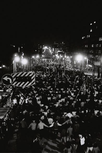 <strong>写真集アプリ「野上眞宏のSNAPSHOT DIARY」</strong> 1971年11月 表参道の歩道橋から明治通りの交差点方面に向けて撮影。 &#169; Mike Nogami