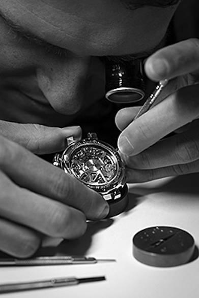 熟練した時計職人と技師、デザイナーが次々に「時間」を作り上げていく。