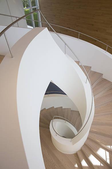工房の階段にいたるまで世界観が徹底してデザインされていることがわかる。