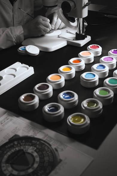 今回の新作で注目を集めたのは、鮮やかな38色でミニチュアペインティング技術で施された文字盤。ルイ・ヴィトンの「旅」の哲学を体現するディテールのひとつだ。