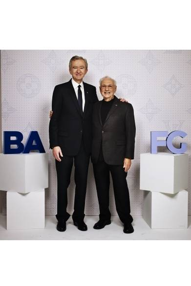 (左より)Bernard Arnault & Frank Gehry ベルナール・アルノー&フランク・ゲーリー ©David Atlan/Louis Vuitton