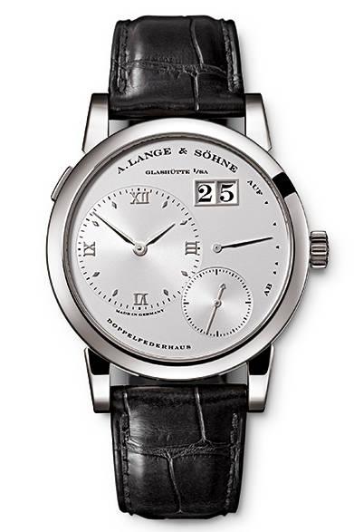 "<p class=""styE"">Holiday Gift Guide 2014</p> <p class=""styA"">メンズ|未来の自分へ特別な腕時計を贈ろう</p>  <p class=""styB"">A. LANGE & S&#214;HNE|A.ランゲ&ゾーネ</p>  <p class=""styC"">A.ランゲ&ゾーネの原点</p>  <p class=""styD""> A.ランゲ&ゾーネを代表するモデル。<br />  <div align=""right""><a href=""/article/825576"" class=""link_underline"">→記事へ戻る</a> </div><br />  <strong>ランゲ1</strong><br /> ケース|プラチナ<br /> 直径|38.5mm<br /> ムーブメント|手巻き(Cal.L901.0)<br /> パワーリザーブ|72時間<br /> 機能|アウトサイズデイト(ビッグデイト)、パワーリザーブ表示<br /> ストラップ|アリゲーター<br /> 防水性|3気圧<br /> 価格|498万9600円<br /><br />  A.ランゲ&ゾーネ<br /> Tel. 03-3288-6639<br /> http://www.alange-soehne.com/<br />"