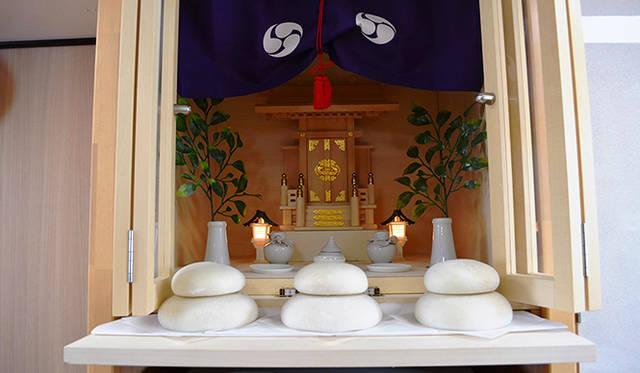 船頭の部屋の奥に鎮座する神棚。航海と大漁を日々、祈る