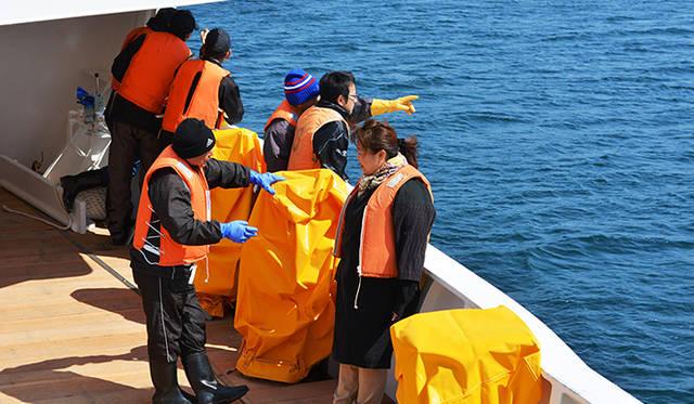 女性厳禁の漁船のデッキも、この日は和気あいあいと笑顔が飛び交う。気仙沼の女性たちも父親や夫の働く現場ははじめてという人も