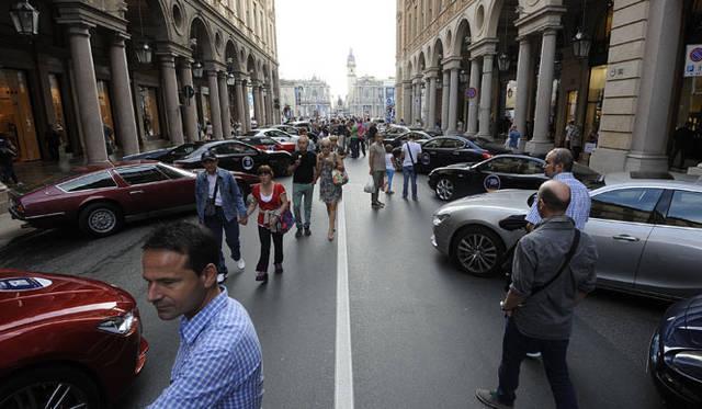 ボローニャの公道に参加車が並ぶ