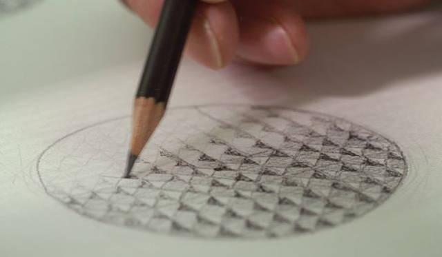 銀粉を蒔き、その上から染料を加えた透明な漆で塗り上げる独特の技法により生み出される玉虫の羽に似た華やかな色調と光沢から「玉虫塗」と名づけられた