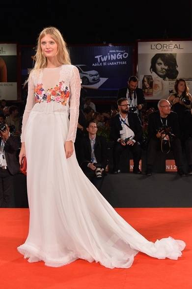 <strong>2014年 第71回ベネチア国際映画祭</strong> Costance Jablonsky|コンスタンス・ヤブロンスキー <br />(『The Humbling』のプレミア上映にて)<br /> ドレス:アルベルタ フェレッティ
