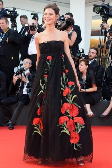 <strong>2014年 第71回ベネチア国際映画祭</strong> Bianca Balti|ビアンカ・バルティ<br />(『Birdman』のプレミア上映にて)<br /> ドレス:ドルチェ&ガッバーナ Courtesy of la Biennale di Venezia