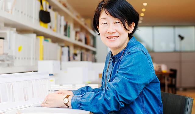 <strong>MARGARET HOWELL idea watch|マーガレット・ハウエル アイデア ウォッチ</strong><br />撮影は、ロンドンにある安積さんのデザイン事務所「t.n.a. Design Studio」にて。3年ほど仕事着や旅のアイテムとして着つづけている「MHL.」のドレスで登場