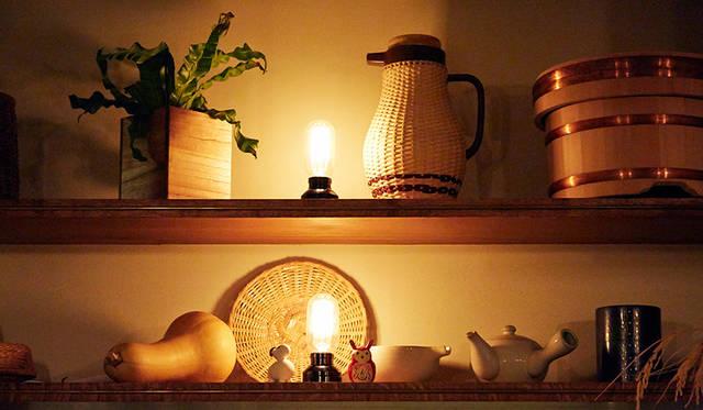 雰囲気づくりにひと役かっているカウンター上の小物たちと間接照明