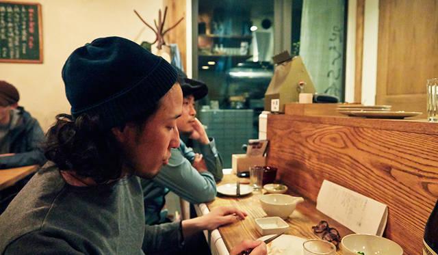 角田陽太(手前)、インテリアデザイナーの波田野好胤氏、フォトグラファーの白石和弘氏の3人で訪れた