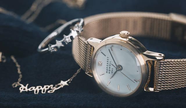 <strong>MARGARET HOWELL idea watch|マーガレット・ハウエル アイデア ウォッチ</strong><br />腕時計と一緒に写っているのは、ジュエリーブランド「 ヨークス キャンディ」の2015年秋冬コレクションのネックレスと、2014年秋冬コレクションのリング