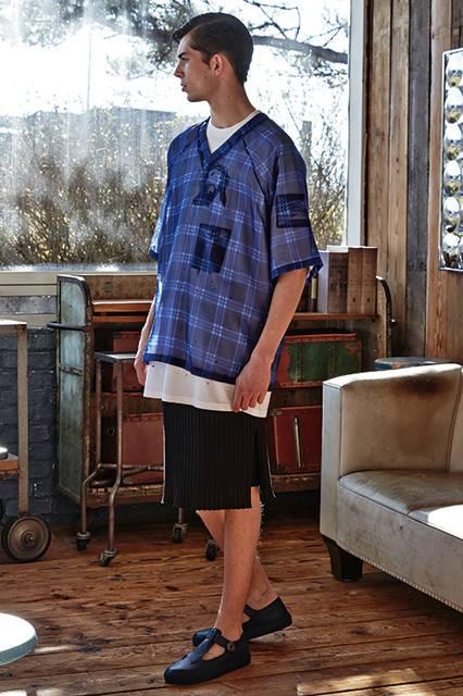 シアーなシルクのトップスにダメージ加工を施したTシャツを組み合わせた、今季を象徴するレイヤードルック。ボトムスはシアサッカーのショーツにリブ編みのニットスカートをレイヤードしたトランスペアレントなスタイルながら、マスキュリンな男性像を表現。<br><br>トップス14万5800円(百貨店では阪急メンズ限定)、ショーツ6万6960円、スカート9万3960円、Tシャツ10万1,520円(百貨店では阪急メンズ限定)※いずれも2月中旬入荷予定、シューズ参考商品/ジバンシィ〈阪急メンズ大阪2階〉〈阪急メンズ東京2階〉