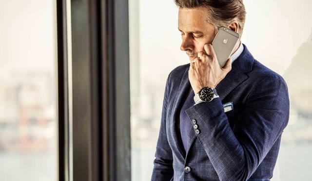 ビジネスマンのアフターファイブには、シックなジャケットは必須。華やかなシーンにもトランスオーシャンで。ジャケット価格10万5840円/タリアトーレ、シャツ価格1万4040円/エディフィス、ネクタイ価格1万4040円/ブリューワー(すべてエディフィス 渋谷Tel.03-3400-2931)、チーフ価格7560円/ニッキー、スーツ価格7万9920円/シップス(ともにシップス銀座店Tel.03-3564-5547)、ベルトはスタイリスト私物。