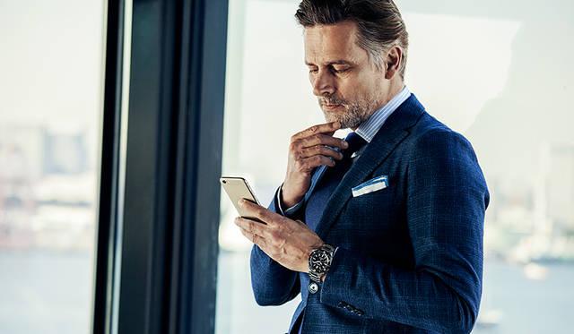 ビジネスマンのアフターファイブには、シックなジャケットは必須。華やかなシーンにもトランスオーシャンで。<br /><br /> ジャケット価格10万5840円/タリアトーレ、シャツ価格1万4040円/エディフィス、ネクタイ価格1万4040円/ブリューワー(すべてエディフィス 渋谷Tel.03-3400-2931)、チーフ価格7560円/ニッキー、パンツ価格7万9920円(スーツ価格7万9920円)/シップス(ともにシップス銀座店Tel.03-3564-5547)