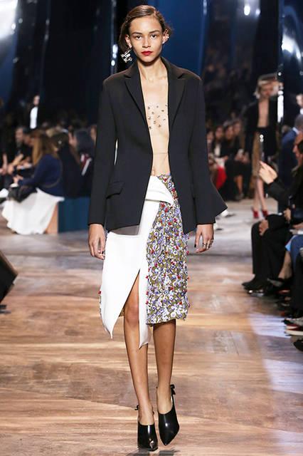 "<strong><a href=""/brand/dior"">Dior|ディオール</a></strong> <br><br> <a href=""/gallery/1465550""  class=""link_underline"">2016年春夏 ウィメンズ オートクチュールコレクション</a>"