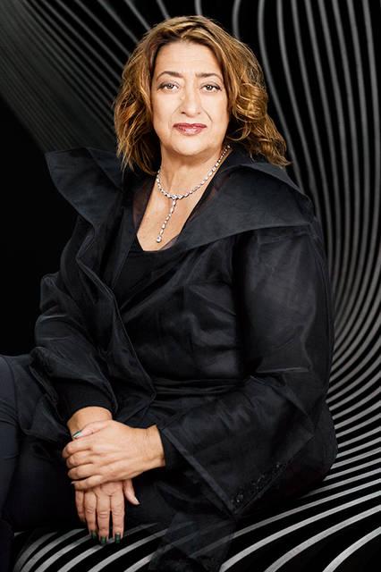 建築家のザハ・ハディッド。2004年に女性として初めてプリツカー賞を受賞。2010年と2011年にスターリング賞、2012年に大英帝国勲章デイム・コマンダーを受賞している。